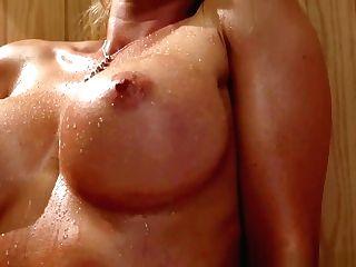 Lesbiana Lamiendo Concha Jugosa En La Sauna